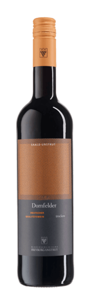 Dornfelder QbA suché z vinařského sdružení Freyburg-Unstrut je odhalen ve sklenici v hluboké červené, která je křížena fialovým třpytem. Rozvíjí se ovocná a silná kytice tohoto německého červeného vína, které svede vůní zralých ostružin a rybízů. Tyto tóny jsou zakončeny jemným náznakem hořkých mandlí. Toto trnité pole je silné, bohaté na tělo a ovocné na patře. Doporučení pro Dornfelder od Freyburg-Unstrut Winegrowers 'Association Vychutnejte si toto suché červené víno s hovězími roládami, vydatnými herními pokrmy a jehněčím masem. Tento Dornfelder je v létě potěšením i mírně vychlazený.