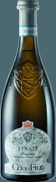 I Frati Lugana z Cà dei Frati je hrdost vinařství a je vinifikován z místní odrůdy hroznůTurbiana (Trebbiano). Ve sklenici toto víno září v čiré slámě žluté se zlatými světly. Kytice je nádherně mnohostranná - v mladém věku je nos rozmazlený jemnými tóny bílých květů, šťavnatých meruňek a mandlí. Když je italskému bílému vínu dán čas, přidávají se minerální a kořeněné nuance a karamelizované vůně. Na patře je toto víno nádherně plné s vitální a bujnou kyselostí. Kořeněná esence je dokonale integrována do rovného, minerálního a elegantního těla. Toto bílé víno zaujme svou jemností, komplexní osobností a výraznou rozmanitostí vůní. VinifikaceCà dei FratiLugana Po pečlivé sklizni jsou hrozny okamžitě převezeny do vinařstvíCà dei Frati. Mošt je fermentován v nerezové nádrži a ponechán na jemných kvasnicích po dobu nejméně 6 měsíců (sur Lie stárnutí). Nakonec toto víno dozrává další 2 měsíce na láhvi. Doporučení týkající se potravin pro LuganaCà dei Frati Vychutnejte si toto suché bílé víno z Itálie s vlažnými předkrmy nebo s grilovanou rybou s petrželovými bramborami . Ocenění pro I Frati Lugana Falstaff: 92 body za rok 2017 Mundus Vini: Nejlepší italské bílé víno za rok 2017 Vinum: 17/20 body za 2017 Wine Enthusiast: 91 body za 2015