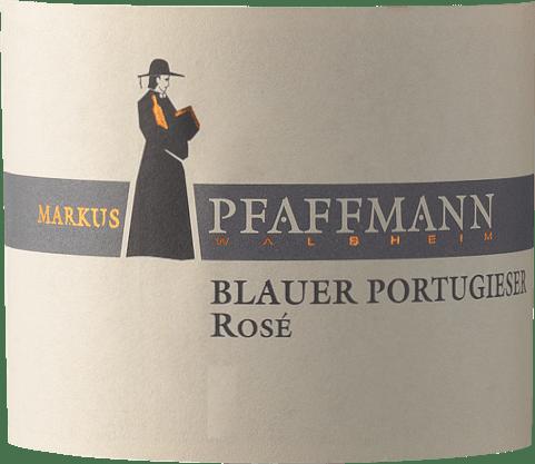 Blauer Portugieser Rosé Markuse Pfaffmanna z Falce nabízí ve sklenici brilantní, silně růžovou červenou barvu. Toto růžové víno od Markuse Pfaffmanna ve sklenici nabízí vůni třešní morello, švestek, džemů a černých třešní, doplněnou o další ovocné nuance. Blauer Portugieser Rosé lze označit za obzvláště ovocné a sametové, protože bylo vinifikováno s nádherně sladkým chuťovým profilem. Lehkonohé a vícevrstvé, toto svěží růžové víno se na patře prezentuje. Díky přítomným ovocným kyselinkám se Blauer Portugieser Rosé na patře projevuje působivě svěže a živě. Finále tohoto růžového vína z vinařské oblasti Falc konečně inspiruje dobrou odezvou. Vinifikace Blauer Portugieser Rosé od Markuse Pfaffmanna Elegantní Blauer Portugieser Rosé z Německa je jednodruhové víno vyrobené z odrůdy Blauer Portugieser. Po ruční sklizni se hrozny co nejrychleji dostanou do lisovny. Zde jsou vybrány a pečlivě rozděleny. Následuje kvašení v nerezových tancích při kontrolovaných teplotách. Po kvašení následuje několikaměsíční zrání na jemných kvasnicích a nakonec se víno stáčí do lahví. Doporučení produktů pro Markuse Pfaffmanna Blauer Portugieser Rosé Toto německé víno si nejlépe vychutnáte dobře vychlazené při teplotě 8-10 °C. Skvěle se hodí jako příloha k jamajským kuřecím stehnům s ananasovým salátem, cibulovému koláči s tymiánem nebo kokosovo-limetkovému rybímu kari.