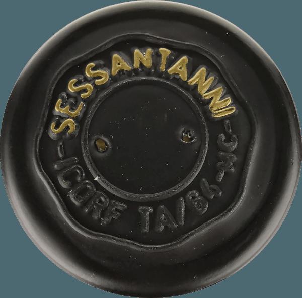 """Sessantanni Primitivo di Manduria Cantine San Marzanoje jedním z největších červených vín v Puglii. Sessantanni Primitivo, rasové italské červené víno, je vinifikováno z hroznů více než 60 let staré révy a rozkoší s bohatým ovocem a nádherně kořeněnými nuancemi skořice, cedrového dřeva a vanilky. Sessantanni Primitivo di Manduria Cantine San Marzano je nezapomenutelné intenzivní červené víno z Itálie, které potěší svým celým tělem. Hluboce červené víno ve sklenici zaujme komplexní kyticí plnou suchých švestek, třešňového kompotu, lehkého tabáku, anýzu a zralých lesních bobulí. Vinifikace Sessantanni Ručně sbírané hrozny pro toto ušlechtilé červené víno pocházejí z 60letých tyčinek zakořeněných v neplodných půdách bohatých na oxid železitý. To vysvětluje název, protože Sessantanni znamená """"šedesátiletých"""". Výsledkem je mimo jiné mnohem nižší výnos, protože tyto staré drsné révy produkují ročně jen asi 3000 kg hroznů na hektar. Přirozeně snížený výnos zároveň umožňuje obzvláště vysokou kvalitu jednotlivých hroznů. Scirocco, který fouká ze severní Afriky, jasně charakterizuje klimatické vinice Cantine San Marzano v jižní Itálii. Nosí suchý vzduch, což ztěžuje přidávání hub, hmyzu a hniloby do vinic, což téměř umožňuje pěstování podle biologických standardů. 80% moštu se ponechává na kaši po dobu 18 dnů pod kontrolou teploty. Zbývajících 20% na 25 dní. To vede k optimální extrakci. Kvasinky jsou vinné. Po odstranění Sessantanni zraje 12 měsíců ve francouzských a amerických dubových sudech. Ochutnávka/Ochutnávka Sessantanni Sessantanni Primitivo di Manduria Cantine San Marzano je čisté Primitivo, které se objevuje s hlubokou rubínově červenou ve sklenici.Nos odhaluje vůni sušených švestek a třešňového džemu, stejně jako náznaky sladkého koření, jako jsou hřebíčky, skořice a vanilka. Na patře je Sessantanni dobře strukturovaný, plný a masitý s nádherně integrovanou kyselostí a jemnými, ale charakteristickými tříslovinami. Při působivě dlouhém ozvěně tohoto červeného vína """
