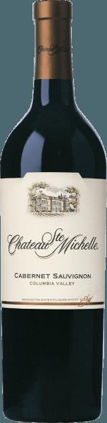 V americkém vinařském regionu Columbia Valley rostou hrozny pro Cabernet Sauvignon z Chateau Ste. Michelle, ve sklenici to víno září v bohaté třešňově červené s fialovými světly. Ovocná kytice hýčká nos intenzivními vůněmi černého rybízu, šťavnatých ostružin a zralých třešní - podtržena tóny tmavého koření, vanilkovými a filigránskými nuancemi dubu. Na patře je toto americké červené víno šťavnaté a silné s koncentrovaným ovocem. Hedvábné třísloviny jsou velmi dobře integrovány do těla a nádherně harmonizují s měkkou plností. Dlouhé finále se vyznačuje jemnou ovocnou sladkostí a kořeněnými náznaky lékořice. Vinifikace Ste. Michelle Cabernet Sauvignon Toto intenzivní Washington State červené víno je vinifikován z 87% Cabernet Sauvignon a 6% Merlot, 4% Syrah, 1% Malbec, 1% Cabernet Franc, 1% Petit Verdot. Zralé sklizené hrozny jsou rozmixovány a míchány s různými kvasinkovými kulturami, což maximalizuje složitost budoucího vína. Během fermentace se čepice jemně pumpuje dolů, aby se extrahovala barva, vůně a jemné, jemné třísloviny. Víno pak dozrává 16 měsíců v amerických a francouzských dubových sudech, z nichž 32% je nových. Doporučení pro Cabernet Sauvignon Chateau Ste. Michelle Tento příjemný Cabernet Sauvignon ze Severní Ameriky je perfektním doprovodem k modrému sýru, těstovinám, hovězímu a telecímu masu, ochucenému rozmarýnem, pepřem, tymiánem a doprovázenému jemným knírkem.