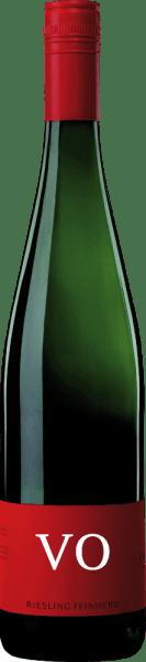 Riesling VO jemně dort od Von Othegraven lichotí nos s ovocnou kyticí, která se vyznačuje citrusy a broskví. Na pozadí jsou vidět i tóny bylin a jasných květin. Na patře se tento rybíz představuje jemně šťavnatý a s animovanými tóny citrusových plodů s bylinnou kořeněnou mineralitou. Jemné a filigránské tělo tohoto bílého vína potěší svou živostí. Doporučení týkající se potravin pro Von Othegraven Riesling VO Vychutnejte si toto polosuché bílé víno s grilovanými kuřecími stehýnky, lehkými rybími pokrmy nebo zeleninovými kastroly.
