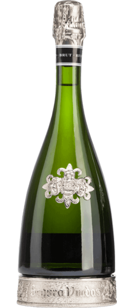 Heredad Reserva Brut DO by Segura Viudas je absolutní prémiová kava z odrůd Macabeo (67%) a Parellada (33%). Nejen ozdobná láhev s cínovou patkou je opravdu okouzlující, ale také světle zlatožlutá barva se stříbrnými odrazy. Perla je zobrazena s dlouhotrvajícími a jemnými perlovými šňůrami. Toto šumivé víno ze Španělska má v nose zralé kvasnicové tóny s ovocnými tóny citrusů a žlutého ovoce. Chuť je hýčkána tóny sušeného ricotu a nuancemi vápna a lesního medu. Dlouhý povrch opět odráží nádhernou vůni. Vinifikace Heredad Reserva Brut Hrozny pro tuto dutinu Segura Viudas se pečlivě sbírají ručně. Hrozny Macabeo a Parellada pocházejí z 15-20 let staré révy. Po prvním kvašení s regulovanou teplotou v nerezové nádrži se uchovává po dobu 30 měsíců na kvasinkách (kvašení lahví). Doporučení k jídlu pro Reserva Heredad Tato kava je skvělým doprovodem k asijské kuchyni - jako je Nasi Goreng, satay špízy s arašídovou omáčkou nebo kari rendang - španělské tapas a jemné pečivo koláče a tvrdý sýr. Ocenění pro Segura Viudas Heredad Vinum: 17 body Mundus Vini: Stříbrná medaile (udělena 2016) Guía Peñín: 92 body (uděleno 2015)