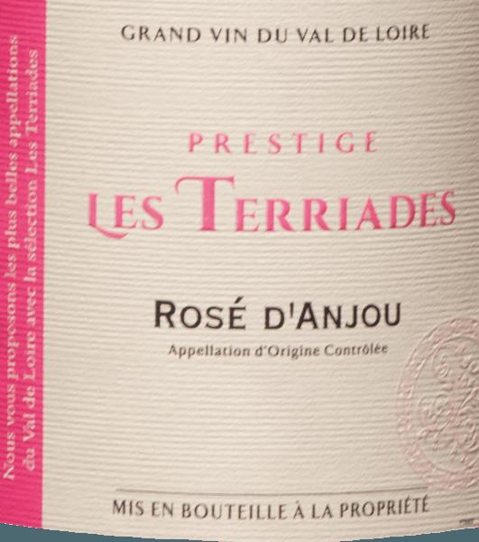 AOC Rosé d 'Anjou Les Terriades z Les Caves de la Loire je ovocné růžové víno z Francie z odrůd Groslot a Gamay. Ve skle se jemně růžově třpytí fialovými odrazy. Na nose je tato růžová kytice s vůní bobulí, malin, divokých jahod a angreštu, s mírně kořeněnými tóny v pozadí. Na patře svěží a šťavnaté s plným ovocem a jemnou sladkostí, elegantní a vyvážené. Doporučení k jídlu pro Rosé d 'Anjou Les Terriades od Les Caves de la Loire Tento ovocný Francouz z údolí Loiry se doporučuje jako aperitiv s lehkými předkrmy, dezerty s ovocem nebo exotickými pokrmy.
