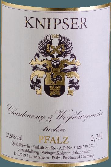 """Knipserovi také vědí, že rodina burgundských odrůd hroznů posiluje řadu vlastností v kolektivu. Stejně tak tito dva protagonisté - Chardonnay & Weißburgunder von Knipser -, kteří pocházejí ze stejné školky, ale také se vydají svou vlastní cestou charakteru. Zatímco Chardonnay je považován za nejlepší odrůdu bílého vína na světě, Pinot Blanc je známý spíše v naší zeměpisné šířce než ve vysoké kvalitě. Oba dohromady vedou k nádherně harmonickému vínu, které kombinuje stejně elegantní pitný tok, ale také chutnou taveninu. Chardonnay a Pinot Blanc od Knipser je nádherně suché palatinátové bílé víno, jak ho jen zřídka najdete. Ve žlutých šatech se zelenými odrazy toto německé víno září a má šťavnatou vůni zralého místního ovoce, jako jsou hrušky nebo čerstvé švestky. Vinifikace Chardonnay a Pinot Blanc od Knipser Obě odrůdy hroznů kupáže již rostou společně na vinici, což ve skutečnosti odpovídá klasické smíšené sadě. Hrozny obou odrůd se sklízejí ručně a fermentují společněv nerezové nádrži s regulovanou teplotou. Doporučení jídla pro Knipser Chardonnay & Pinot Blanc Toto suché bílé víno z Německa je skvělým doprovodem k čerstvému letnímu salátu nebo lehkým rybím pokrmům v krémové omáčce. Recenze pro tisk Chardonnay - Pinot Blanc Cuvée od Knipser Eichelmann - německá vína """"Chardonnay & Pinot Blanc je velmi lákavý se spoustou tavení, nádherněšťavnaté a chutné cuvée blízkých příbuzných."""" Gault-Millau Wine Guide"""" Perfektní gastronomické víno, které osloví neuvěřitelný počet hostů, protože je velmi univerzální a přesto se nikdy neuctívá. """""""