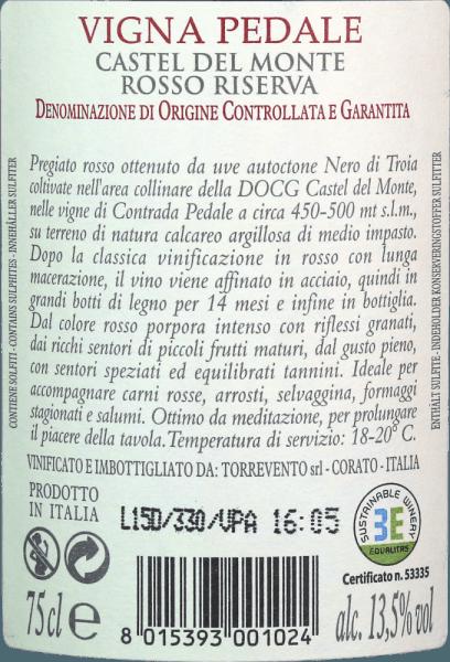 Vigna Pedale Castel del Monte Riserva DOCG od Torreventa je skutečný lovec medailí. Tato odrůda Nero di Troia z Puglie má ve skle hluboce rubínově červenou barvu. Na okrajích se toto špičkové víno mění v jemnou granátově červenou. První nos pedálu Vigna z Torreventa slibuje nádherné koření z pepře, lesní půdy, hub, podrostu a všech druhů černých bobulí. Tymián a minerální nuance vápencových půd dokonale doplňují kytici pedálu Vigna. Na patře začíná figurka Torreventa báječně masitá a přilnavá. Koncentrované víno s pozoruhodnou délkou a přilnavými, výraznými tříslovinami, které příjemně zakončují vzduchem, aniž by ztratily svůj profil. V překvapivě dlouhém závěru opět krásná rovnováha ovoce a koření. Vinifikace TorreventoVigna Pedale Castel del Monte Riserva Hrozny pocházejí z Castel del Monte, klasifikované jako DOCG, a pocházejí z vinic vzdálených pouhých několik set metrů od moře. Klima zmírněné Jadranem a řídká minerální půda zaručují vynikající hroznový materiál. Po sklizni hrozny okamžitě migrují do vinařství a po novém výběru se rozmačkají. Po dlouhé maceraci začíná fermentace v nerezové nádrži, následuje extrakce v nerezové oceli a zrání po dobu 8 měsíců. Následuje dalších 12 měsíců ve velkých dubových sudech, než se Vigna Pedale Castel del Monte z Torreventa konečně dostane do lahve. Doporučení k jídlu pro pedály Vigna z Torreventa Vychutnejte si toto výjimečné červené víno z Puglie s hovězím masem, šťavnatým pečeným masem, zvěří, zralým tvrdým sýrem a salámem. Vigna PedaleCastel del Monte Riserva Awards Gambero Rosso: 3 brýle pro rok 2015 Bibenda: 4/5 hrozny pro 2015 I Vini di Veronelli: 93 body pro 2015 Doktor Wine: 93 body za 2015 Luca Maroni: 90 body za rok 2015
