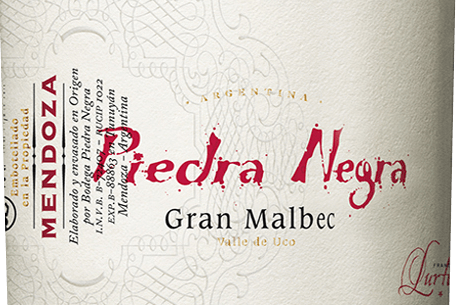Gran Malbec z Bodega Piedra Negraje vynikající argentinské červené víno z vinařské oblasti Mendoza vinice Chacayes. Ve sklenici, toto víno září v hluboké třešňové červené s fialovými světly. Kořeněná ovocná kytice přesvědčí nos výraznou vůní tmavých bobulí - zejména borůvek, moruše a černého rybízu, šťavnatých černých třešní a teplého koření, jako jsou hřebíček a muškátový oříšek. Díky řezbářství dubu se přidávají odstíny toastu, kávy, vanilky a jemného tabáku. Prostřední tělo hýčká chuť šťavnatou, elegantní strukturou a koncentrovanou ovocnou plností. Strukturované třísloviny jsou hustě a zřetelně vtkané do tohoto argentinského červeného vína. Nádherně harmonické a vyvážené červené víno, které ve finále září vynikající délkou. Vinifikace Gran Malbec Piedrou Negrou Hrozny Malbec rostou v nadmořské výšce asi 1100 m ve vinicích Vista Flores v Mendoze. Sklizeň se provádí výhradně ručně v krabicích o hmotnosti 20 kg. Jakmile je sklizený materiál ve vinném sklepě, je přísně vybrán na vibračních třídicích stolech. Vybrané bobule se nejprve 3 dny za studena drtí a poté fermentují při kontrolované teplotě (26 stupňů Celsia) v potažených betonových kádích. Po dokončení procesu kvašení toto víno zůstane na kaši po dobu 2 týdnů. Tím se odstraní další barevné pigmenty, vůně a jemné třísloviny z bobulových slupek. A konečně, toto červené víno zraje v jednoletých francouzských dubových barikádách celkem 18 měsíců. Doporučení k jídlu pro Piedra Negra Gran Malbec Toto suché červené víno z Argentiny je vynikajícím doprovodem k ragú divokého kance, těstovinám v kořeněných omáčkách nebo se zralým sýrem a bajonetovou šunkou. Doporučujeme otevřít toto červené víno nejméně 2 hodiny před požitkem. Oceněnípro Gran Malbec od Piedry Negry Robert. M. Parker - Wine Advocate: 91 bodů za rok 2011