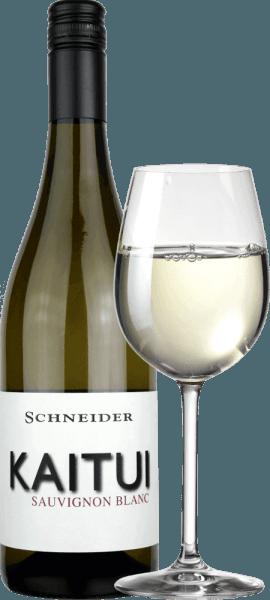 """Kaitui Sauvignon Blanc Markuse Schneidera je německou odpovědí na novozélandský úspěch bílého vína. Název již ukazuje, že Markus Schneider chce soutěžit s klasikou z druhého konce světa - jako Cloudy Bay & Co. Kaitui znamená """"krejčí"""" v maorském jazyce (všimněte si povolání, ne příjmení). Kaitui Sauvignon Blanc přichází do sklenice s jemnou platinovou žlutou barvou a zelenavými odrazy. První nos okamžitě připomíná klasické vůně Nového Zélandu nebo chladného podnebí. Napadá mě čerstvě posekaná tráva, boxové dřevo, citronová tráva, listy kafíru, kiwi a křupavé jablko babičky Smithové. Doplňují se minerální tóny a náznaky bílých květin. Na patře začíná krejčí Kaitui výjimečně výkonný, šťavnatý chutný. Minerální nuance, jemné tavení a dlouhé, exoticko-ovotné ozvěny dělají z tohoto vína neuvěřitelný zážitek. Vinifikace Kaitui Sauvignon Blanc Markus Schneider získává hrozny pro svůj Kaitui z obzvláště vysokých pozemků, kde jsou révy zakořeněny ve vápencové půdě. Po kaši následuje 4 až 10 hodin trvanlivosti kaše, po níž se víno jemně lisuje a fermentuje regulovaným způsobem teploty. Doporučení k jídlu pro Kaitui Sauvignon Blanc od Markuse Schneidera Vychutnejte si toto bílé víno z oblasti Palatinate nejlépe s asijskými pokrmy, jako je thajské rybí kari, vietnamské letní rolky nebo kuře s pánví a barevnou zeleninou."""