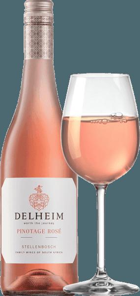 """Pinotage Rosé by Delheim Wines se prezentuje v zářivě světle růžové barvě. Jedinečně hustá, voňavá kytice tohoto růžového vína z Jižní Afriky připomíná ovocný košík plný sladkých červených malin, brusinek, lesních jahod a šťavnatých lehkých sladkých třešní. Na patře se tento Pinotage Rosé představuje svěží, ovocný, šťavnatý a kulatý. Zasraná čerstvá ovocná kyselina stojí v cestě jemné, nádherně roztavené sladkosti, která dokonale vyvažuje toto růžové z pláště. Vinifikace Pinotage Rosé von Delheim Tato klasika je vinifikována od roku 1976. V té době, Michael """"Spatz"""" Sperling a jeho žena Vera vytvořili skutečnou klasiku, když vytvořili Pinotage Rosé v prvním roce. Pravidelná ocenění a vícenásobná ocenění jako Nejlepší růžové roku (magazín Weinwirtschaft) učinily z Pinotage Rosé legendu.Hrozny Pinotage pro toto víno rostou na expresivních jílových a písečných půdách v obci Muldersvlei Bowl v legendární pěstitelské oblasti Stellenbosch. Delheim Rosé je z velké části vinifikováno z odrůdy červených vinných hroznů Pinotage, která je zvláště typická pro Jihoafrickou republiku a do které bylo přidáno malé množství voňavých hroznů Muscat. Hrozny se sbírají ručně a před kaší se opět vybírají. Poté se bobule rozmačkají, mošt se pouze krátce ponechá na slupce a jemně růžový mošt se poté kvasí. Doporučení k jídlu pro Delheim Pinotage Rosé Vychutnejte si toto růžové sólo jako aperitiv nebo s ceviche, pěnovou polévkou ze žlutého pepře, chorizo carbonara a krocaním gyrem. Toto okouzlující růžové je vyrobeno z 90% pinotage a 10% muscat."""