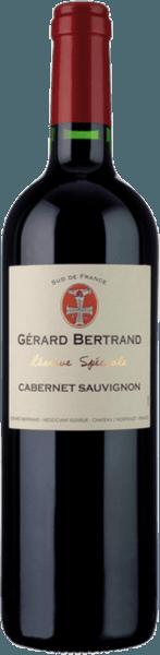 Réserve Spéciale Cabernet Sauvignon od Gérarda Bertranda je prezentován ve sklenici v tmavé třešni až purpurově červené s červenofialovým třpytkem. Aromatická kytice se odvíjí od jemně sladkých, zralých černých a červených rybízů, borůvek a švestek. Tyto ovocné tóny jsou doprovázeny pikantními tóny, jako jsou vavřín, pepř, moka a vanilka. Jemné pečené tóny a dřevité náznaky doplňují. Toto jižní francouzské červené víno je silné na patře a masité s koncentrovaným ovocem. To je ve vynikající rovnováze s vyzrálými taniny a živou kyselostí. Pikantní a plné víno vede k aromatické dochuti s horkou čokoládou, toastem a vanilkou. Vinifikace pro Gérard Bertrand Réserve Spéciale Cabernet Sauvignon Pro tento Cabernet Sauvignon se sklízejí a ručně odstraňují pouze ty nejlepší, optimálně vyzrálé hrozny. Poté se fermentují při kontrolované teplotě 28-30 ° po dobu 20-25 dnů. Přirozené koncentrace aroma a tříslovin se dosahuje opakovaným oběhem vín. Po dokončení alkoholového kvašení se toto víno odstraní z kaše a zraje asi 10 měsíců v dřevěných sudech. Po naplnění lahví se Réserve Spéciale Cabernet Sauvignon rafinuje v lahvi po dobu dalších 3 měsíců. Doporučení týkající se potravin pro Gérard Bertrand Réserve Spéciale Cabernet Sauvignon Vychutnejte si toto suché červené víno s grilovaným nebo smaženým masem a drůbeží, pečeným hovězím masem, kořeněnými těstovinami nebo kořeněným horským sýrem.