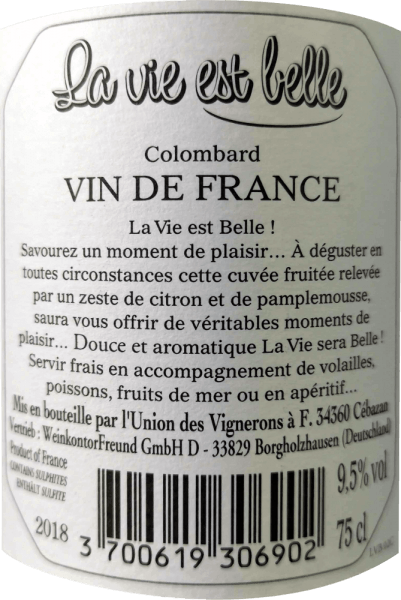 La vie est belle - život může být tak krásný. Toto svěží bílé víno je tak lehké a bezstarostné. Víno La Vie est belle okouzluje svěží a lehkou chutí a nízkým obsahem alkoholu, zejména v létě. Toto víno vyjadřuje uvolněný životní styl a nutí vás udělat si piknik na jasném slunci. La vie est belle blanc se ve sklenici prezentuje ve světle slámově žluté barvě a rozkládá svou svěží a intenzivní kytici s vůní grapefruitu, citrusové kůry a bílých květů. Na patře můžete cítit tóny plně zralých limetek a růžového grepu. Osvěžující kyselost je v dokonalé rovnováze s jemnou zbytkovou sladkostí tohoto vína z Francie. Vinifikace bílého vína La vie est belle Čerstvé víno vyrobené ze 100% hroznů Colombard zrálo v ocelové nádrži. Vzhledem k tomu, že víno nebylo zcela zkvašeno a byly použity vybrané sklizně s nižším stupněm Oechsle, La Vie Est Belle Blanc zaujme obsahem alkoholu nižším než 10% objemových a jemnou, diskrétní zbytkovou sladkostí, která mu dává nádhernou taveninu. Doporučení k jídlu pro La vie est belle blanc Díky nízkému obsahu alkoholu je toto jižní francouzské víno ideálním letním vínem. Vychutnejte si toto bílé víno s lehkými letními pokrmy, antipasti a saláty.